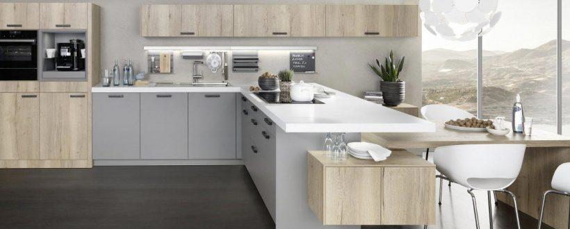 Moderne Küche in hellgrau mt weißer Arbeitsplatte