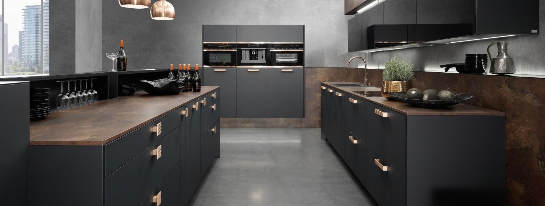 Matt-Schwarze Küche mit Mahagoni Arbeitsplatte