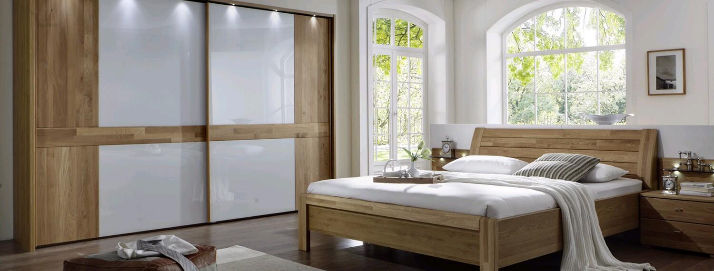 Schlafzimmer in Eiche massiv mit Schwebetürenschrank