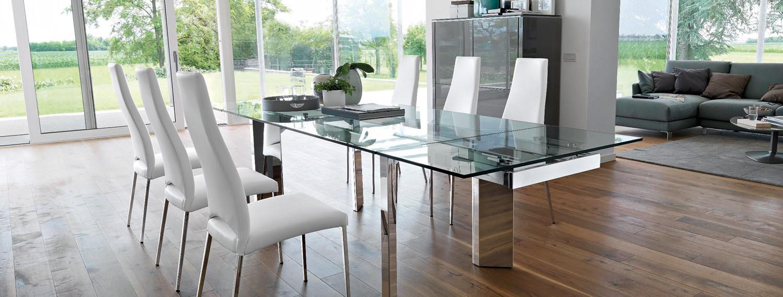 Glastisch mit weißen Polsterstühlen