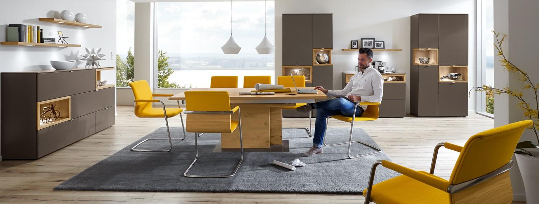 Modernes Speisezimmer mit gelben Polsterstühlen