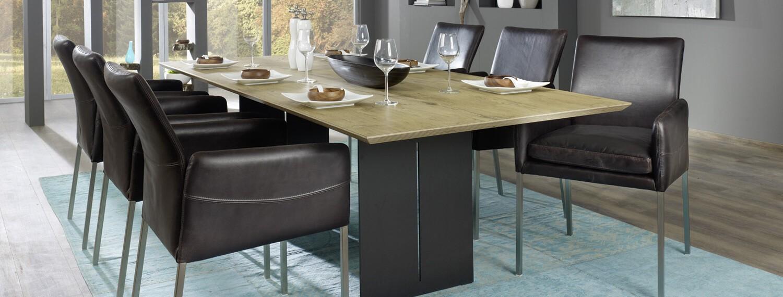 Großer Esstisch in schwarz mit Polstermöbel