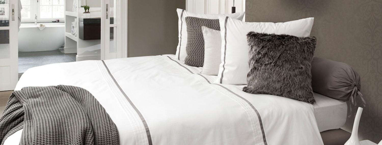 Tagesdecke mit Kissen in grau und weiß