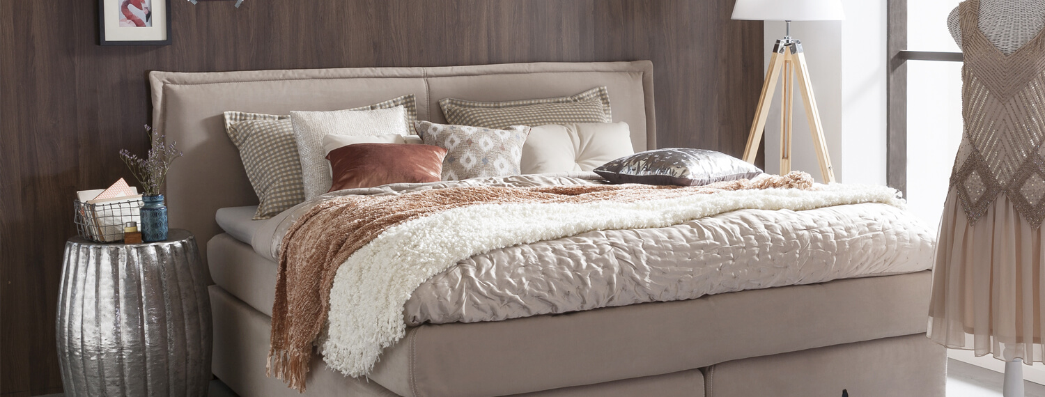 Romantisches Boxspringbett in beige