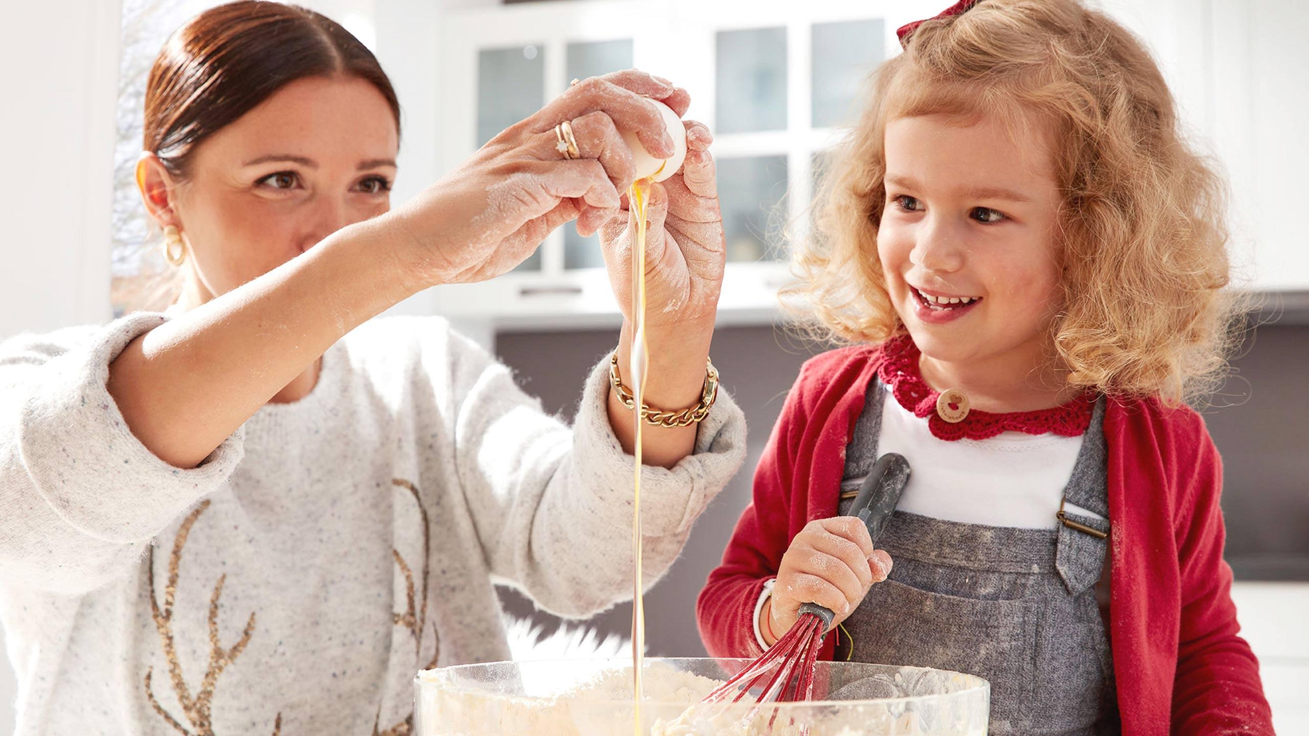 Mutter Tochter Plätzchen backen Küche Ei