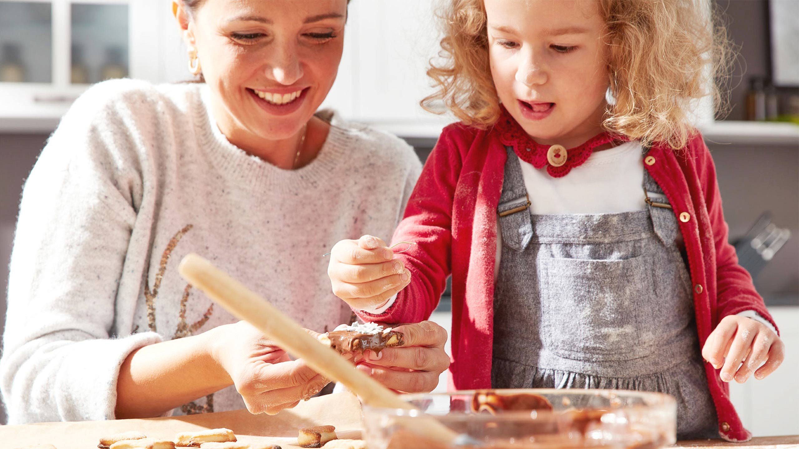Mutter Tochter Plätzchen backen Küche