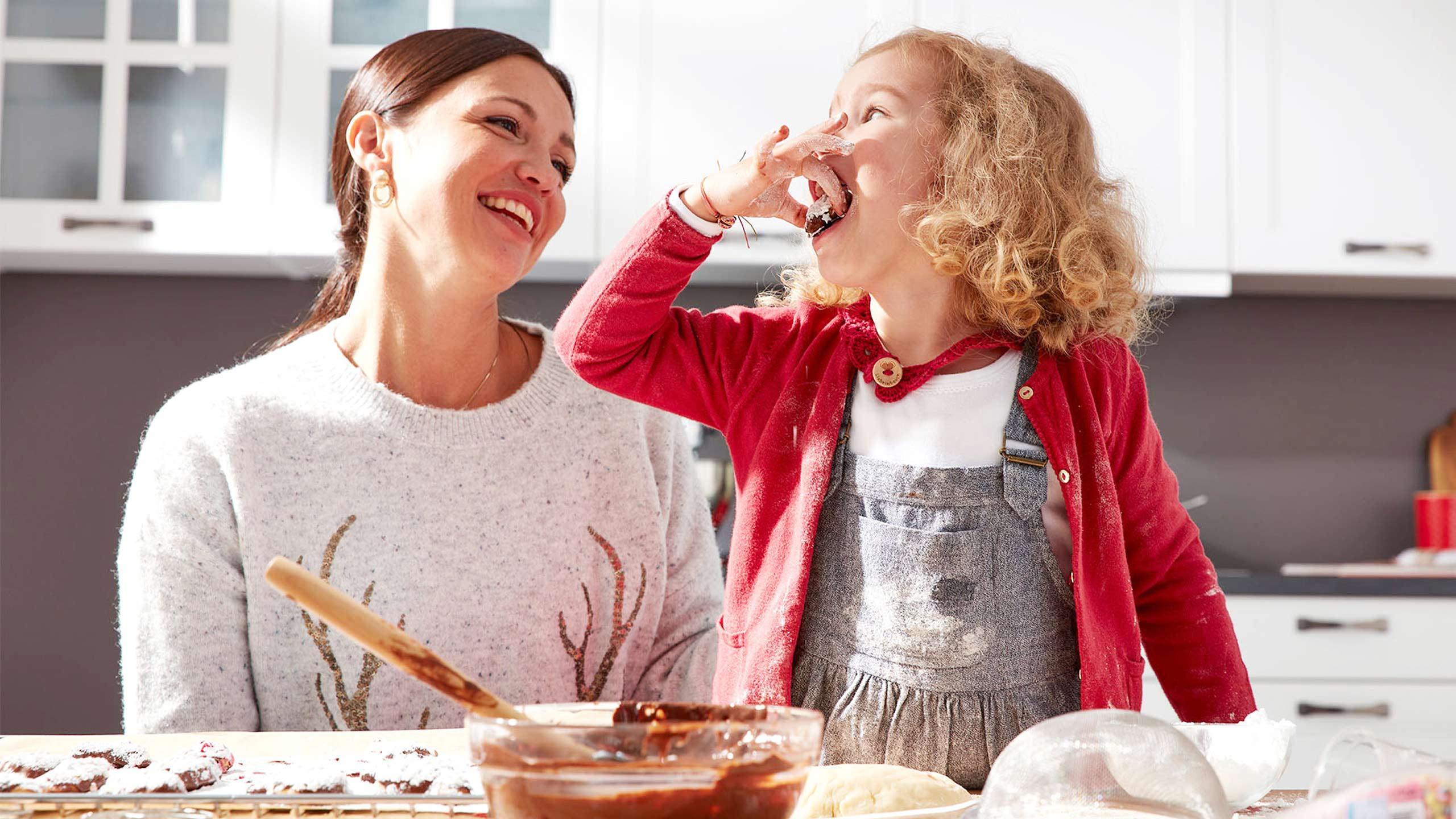 Frau Kind Plätzchen backen Küche