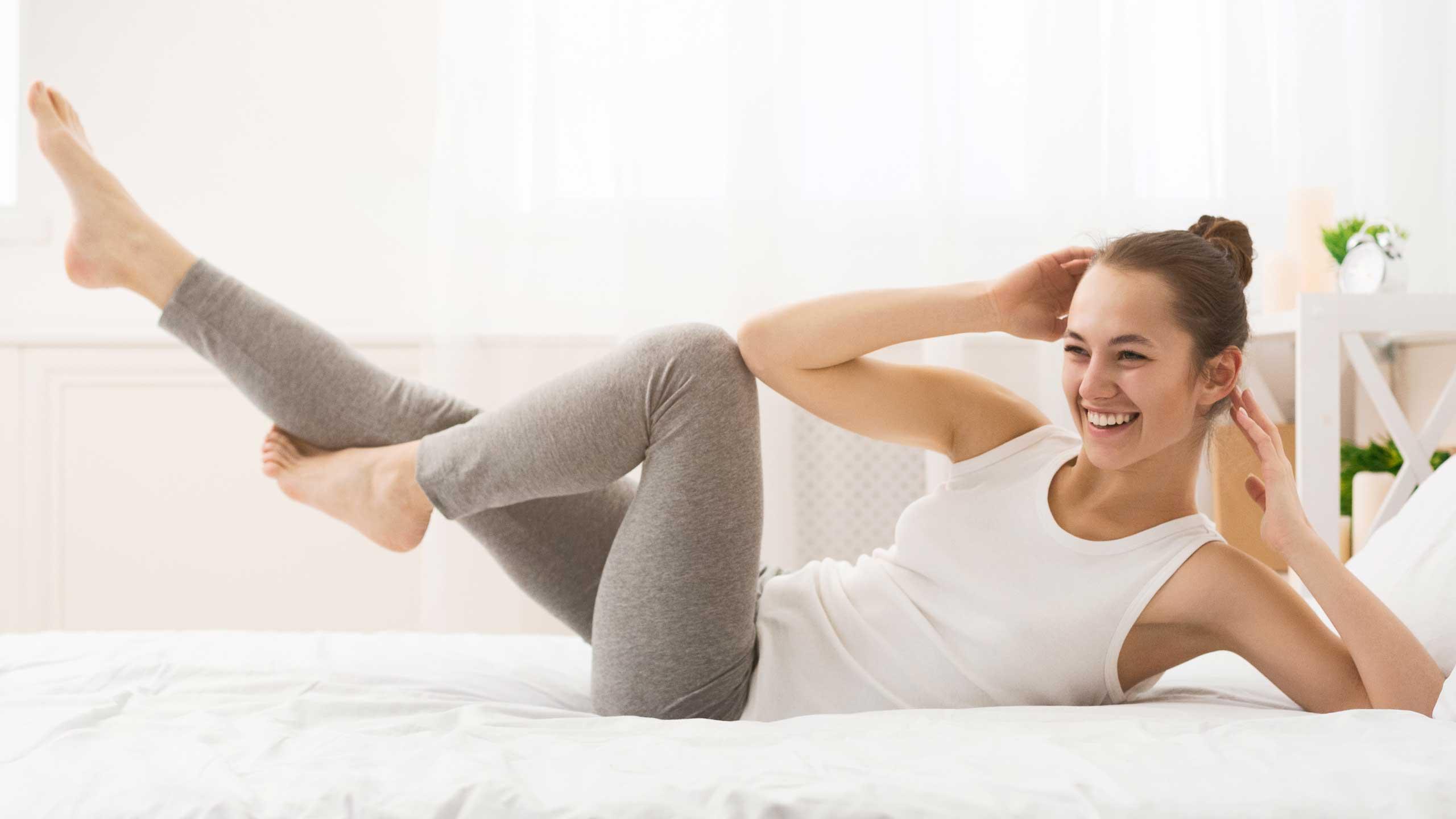 Workout mit Möbeln Frau Bett